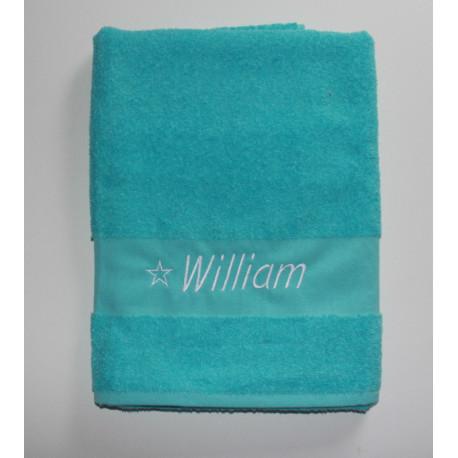 Læker tyrkisblå håndklæde med broderet navn på. God størrelse til sport.