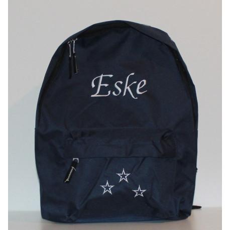 Mørkeblå taske med navn på. Rygsæk med masser af plads og et personilgt touch.