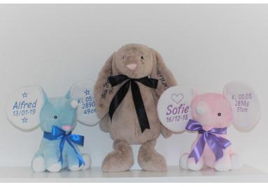 Cubbies og Jellycat bamser med navn og fødselsdata på ørene.